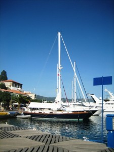 Kent cleans hull in Poros
